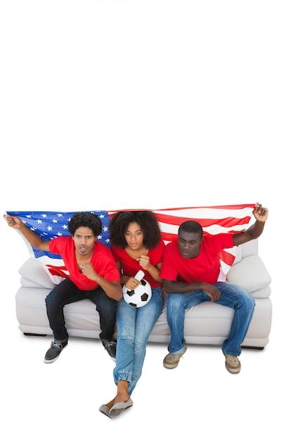 Gli appassionati di football americano in rosso sul divano Foto Premium