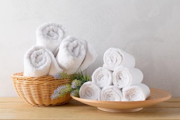 Gli asciugamani rotolano con il fiore Foto Premium