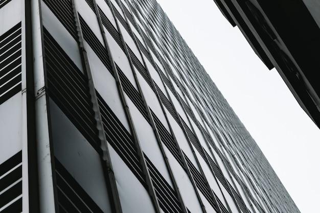 Gli edifici e gli alti e il cielo guardano in alto Foto Premium