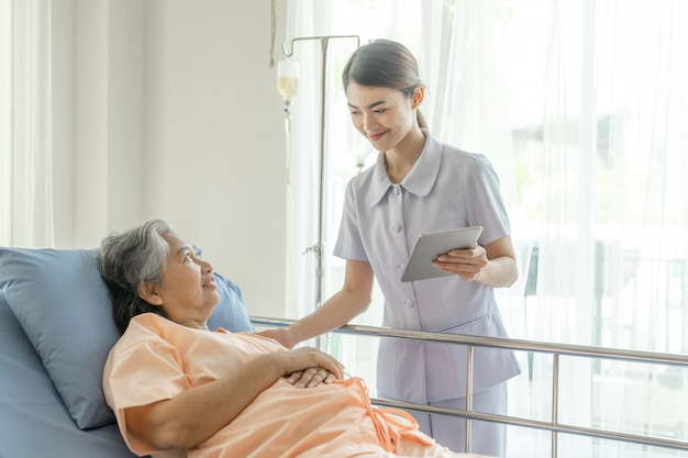 Gli infermieri sono ben curati nei pazienti anziani nei pazienti in degenza sentono felicità - concetto medico e sanitario Foto Gratuite