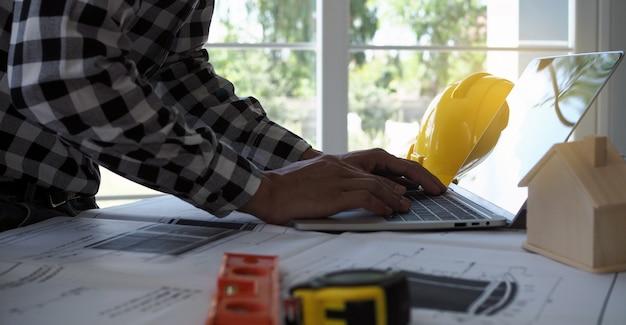 Gli ingegneri usano computer portatili e controllano il progetto Foto Premium