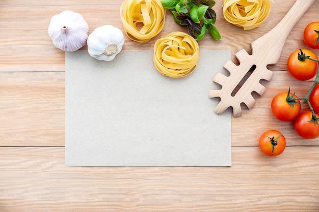 Gli ingredienti per la pasta fatta in casa con lo spazio della copia sulla tavola di legno. Foto Premium