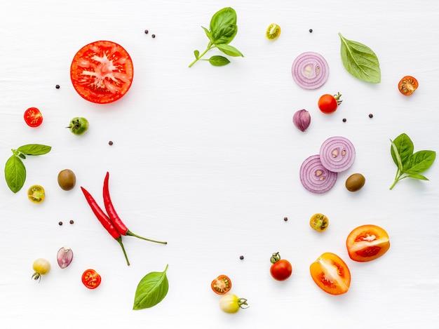 Gli ingredienti per la pizza fatta in casa su fondo di legno bianco. Foto Premium