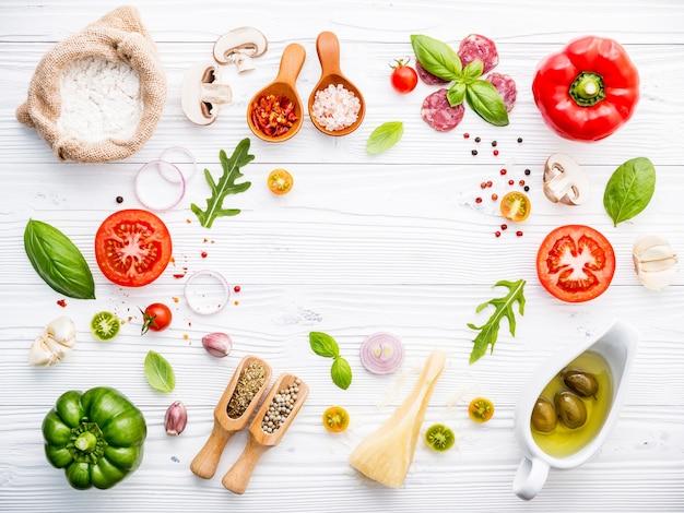 Gli ingredienti per la pizza fatta in casa Foto Premium
