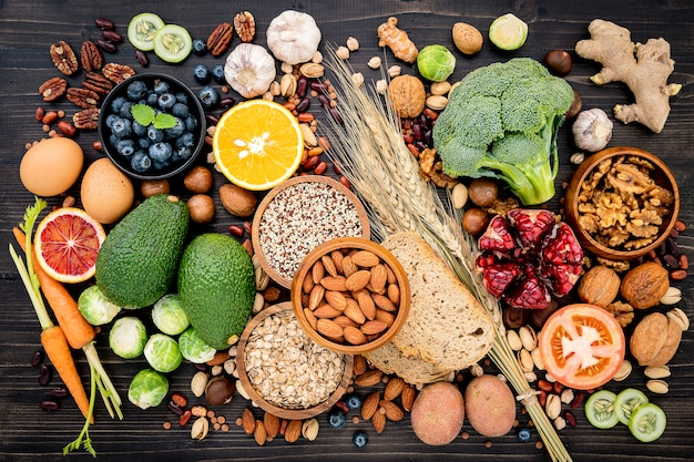 Gli ingredienti per la selezione degli alimenti sani hanno installato su di legno Foto Premium