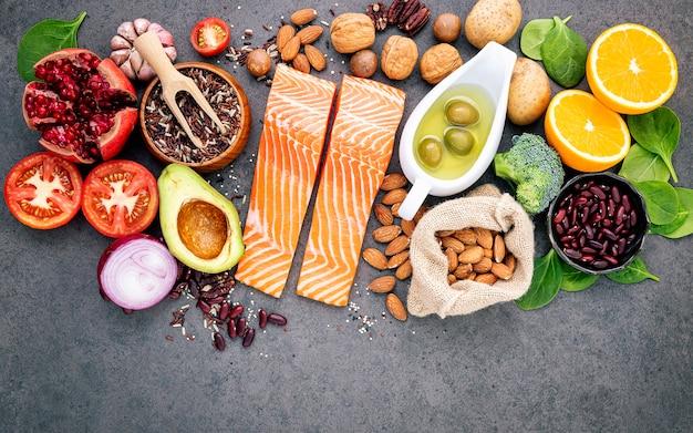 Gli ingredienti per la selezione sana degli alimenti hanno installato sullo spazio concreto scuro della copia del fondo. Foto Premium