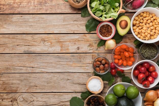 Gli ingredienti vista dall'alto e le verdure copiano lo spazio Foto Gratuite
