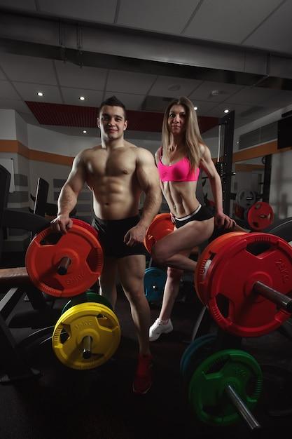 Gli sportivi con manubri Foto Gratuite