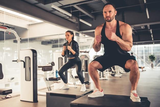 Gli sportivi stanno facendo salti di box mentre si allenano in palestra. Foto Premium