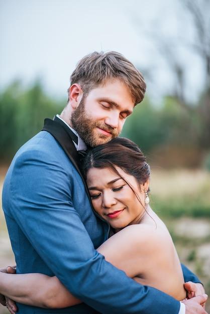 Gli sposi hanno un momento romantico e felici insieme Foto Gratuite