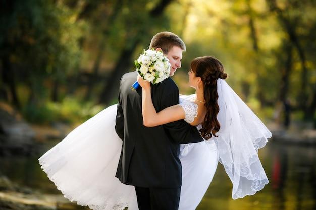 Gli sposi sono un momento romantico Foto Premium