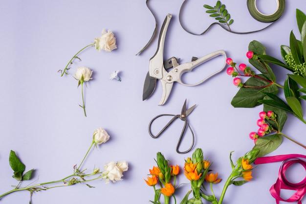 Gli strumenti e gli accessori necessari ai fioristi per creare un bouquet Foto Gratuite
