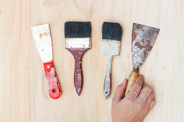 Gli strumenti per bricolage della vecchia pittura con consegnano il fondo di legno Foto Gratuite