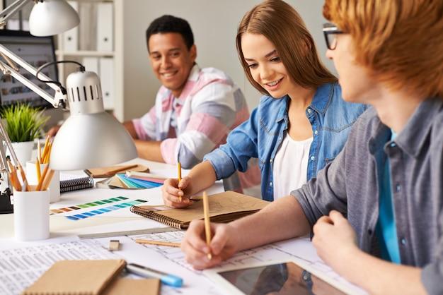 Gli studenti che lavorano sodo Foto Gratuite