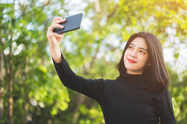 Gli studenti neri fanno un selfie all'università. Foto Premium