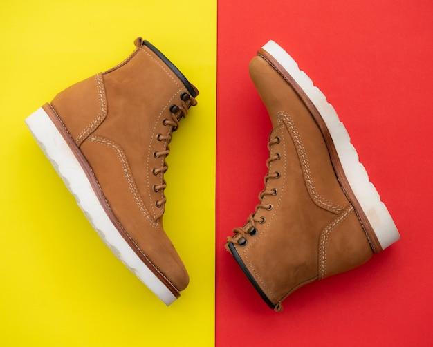 Gli uomini adattano gli stivali marroni con il cuoio nabuk isolato Foto Premium
