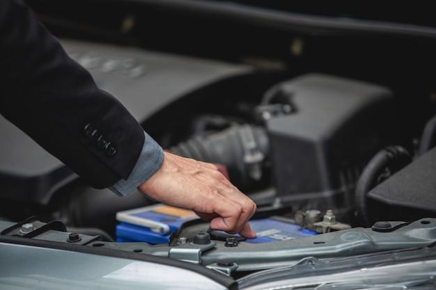 Gli uomini d'affari aiutano le donne d'affari a controllare e riparare le auto rotte Foto Premium