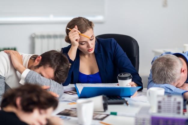 Gli uomini d'affari che dormono nella sala conferenze durante una pausa di cinque minuti interrompono la riunione Foto Premium