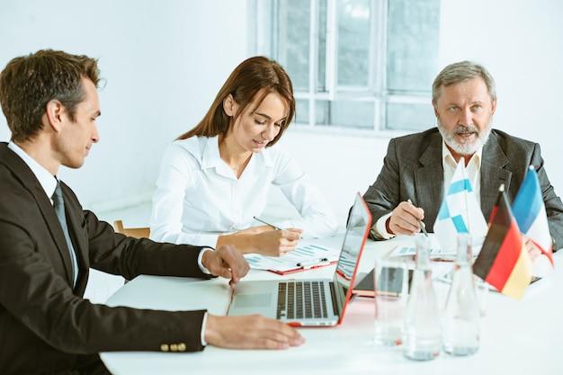 Gli uomini d'affari che lavorano insieme al tavolo. Foto Gratuite