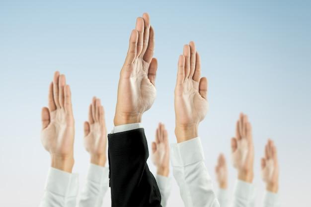 Gli uomini d'affari hanno alzato la mano per vincere la celebrazione dell'organizzazione. Foto Premium