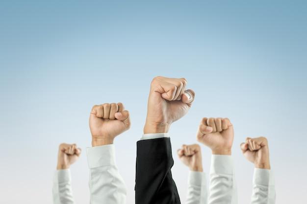 Gli uomini d'affari hanno alzato le mani il successo. Foto Premium