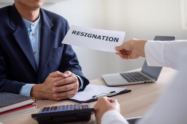 Gli uomini d'affari inviano una lettera di dimissioni al capo Foto Premium
