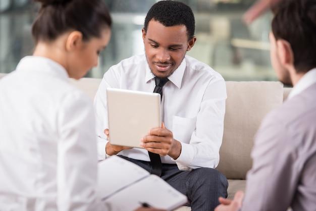 Gli uomini d'affari si incontrano in ufficio per discutere del progetto. Foto Premium