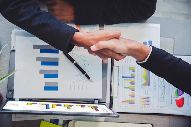 Gli uomini d'affari si stringono la mano, il partner finendo un incontro. Foto Premium