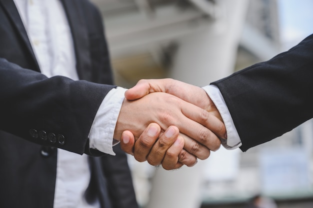 Gli uomini d'affari si stringono la mano per fare un accordo di proposta commerciale. Foto Premium