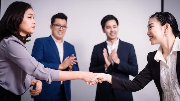 Gli uomini d'affari si stringono la mano, tra una riunione e l'altra nella stanza del seminario Foto Premium