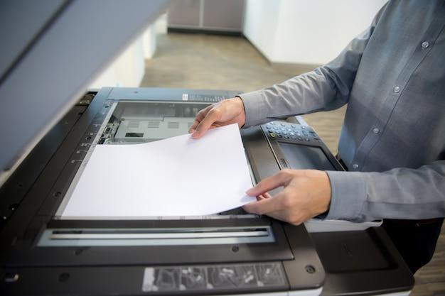 Gli uomini d'affari stanno usando fotocopiatrici, scanner. Foto Premium