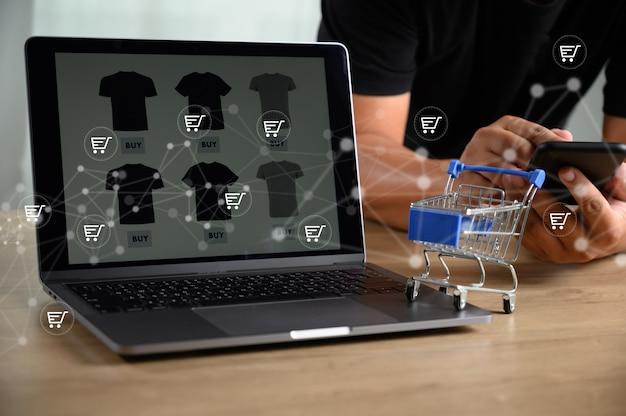 Gli uomini d'affari utilizzano la tecnologia e-commerce internet global marketing piano d'acquisto Foto Premium