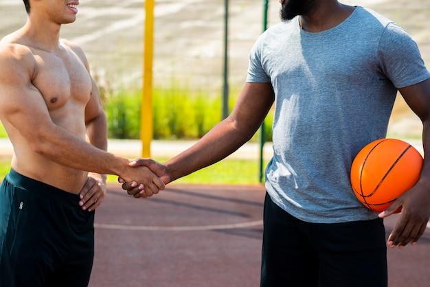 Gli uomini forti si stringono la mano colpo medio Foto Gratuite