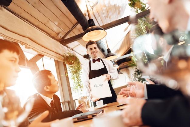 Gli uomini scelgono il vino nel ristorante Foto Premium