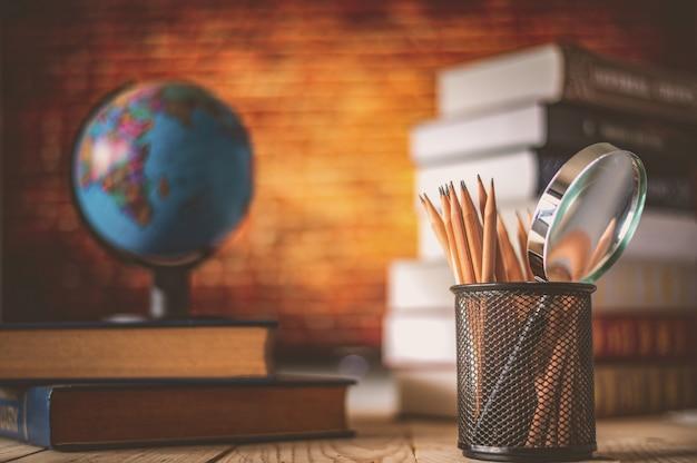 Globo del mondo sul libro. concetto di scuola di educazione Foto Premium
