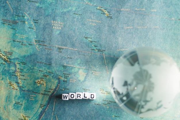 Globo di cristallo e mappa del mondo con Foto Premium