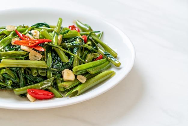 Gloria o spinaci cinesi in padella di mattina Foto Premium