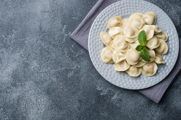 Gnocchi ripieni di carne, ravioli, gnocchi. gnocchi con ripieno. cucina russa. copyspace. Foto Premium