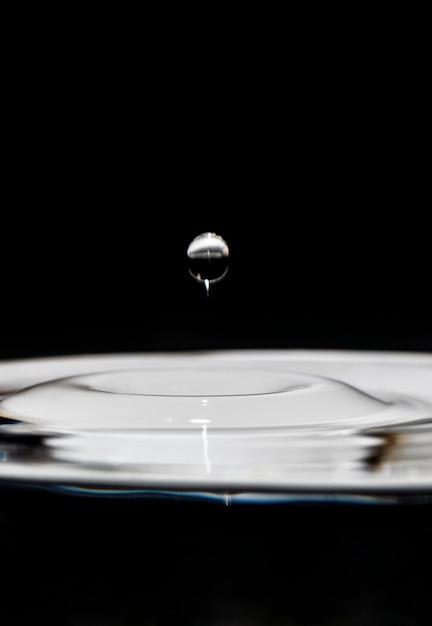 Goccia d'acqua galleggiante artistico effetto bianco e nero Foto Gratuite