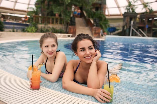 Godersi la piscina con un cocktail Foto Premium