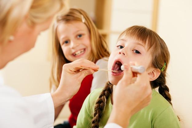 Gola d'esame del medico pediatra della ragazza Foto Premium