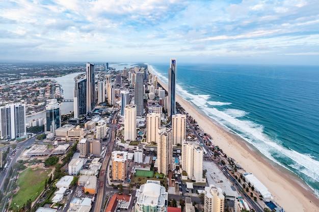 Gold coast, australia - 6 gennaio 2019: surfers paradise skyline visto dal banco di osservazione skypoint Foto Premium