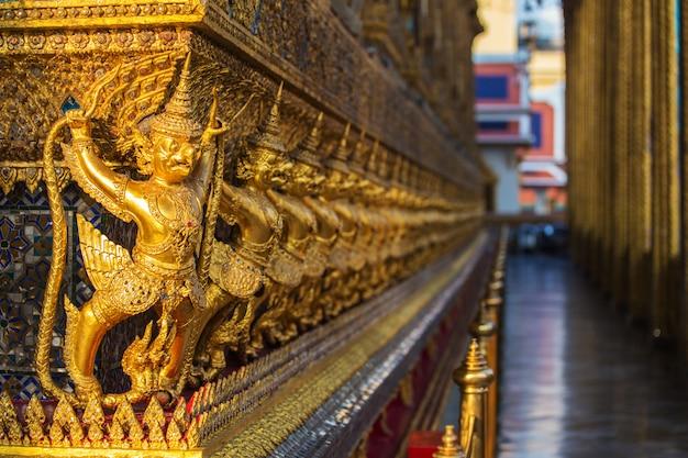 Golden garuda sta attorno alla pagoda della pagoda dorata a wat phra kaew Foto Premium