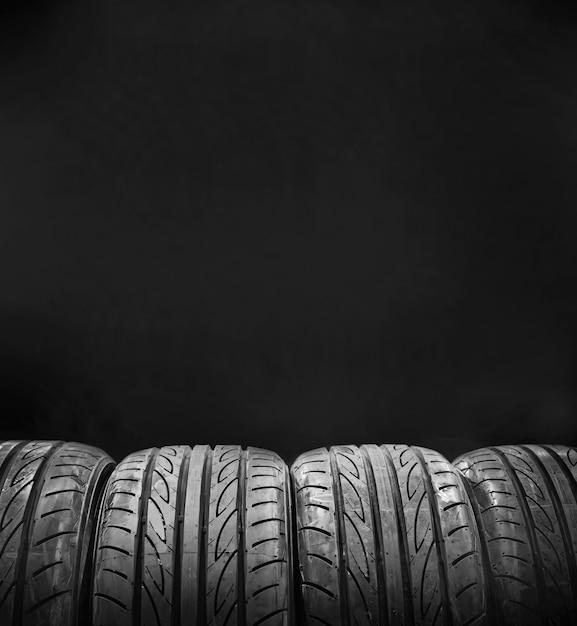 Gomme di automobile isolate su fondo nero Foto Premium