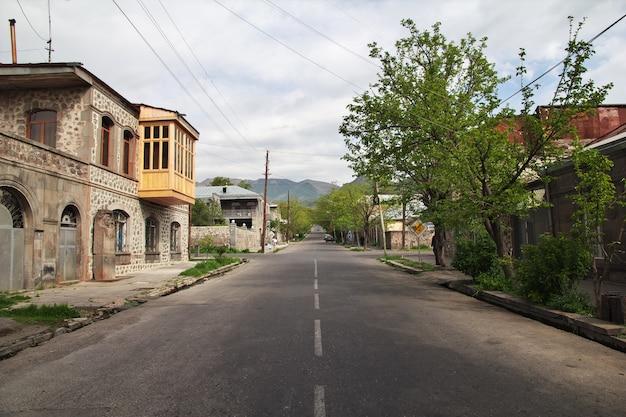 Goris è una piccola città tra le montagne del caucaso, in armenia Foto Premium