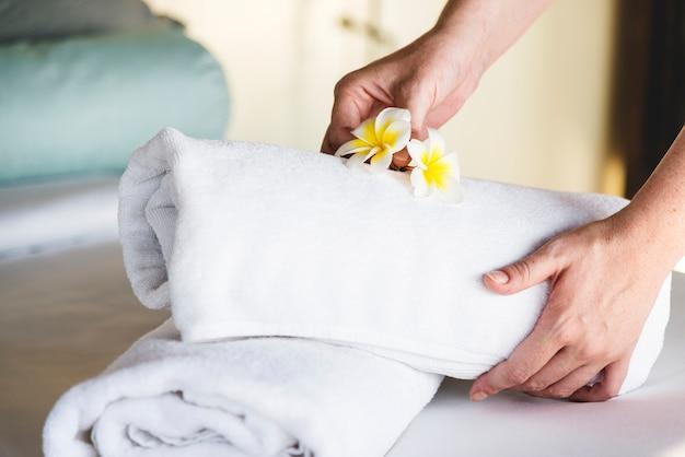 Governante che pulisce una stanza d'albergo Foto Gratuite