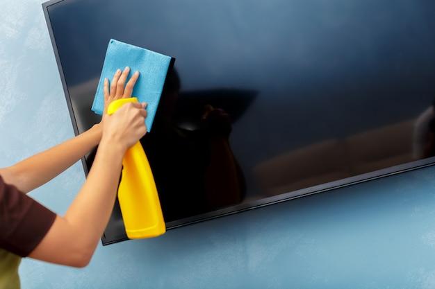 Governante che pulisce una stanza d'albergo Foto Premium