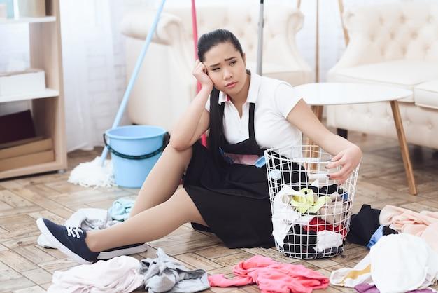 Governante infelice con duro lavoro del cestino di lavanderia. Foto Premium