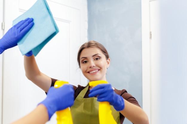 Governante pulizia di una stanza d'albergo Foto Premium