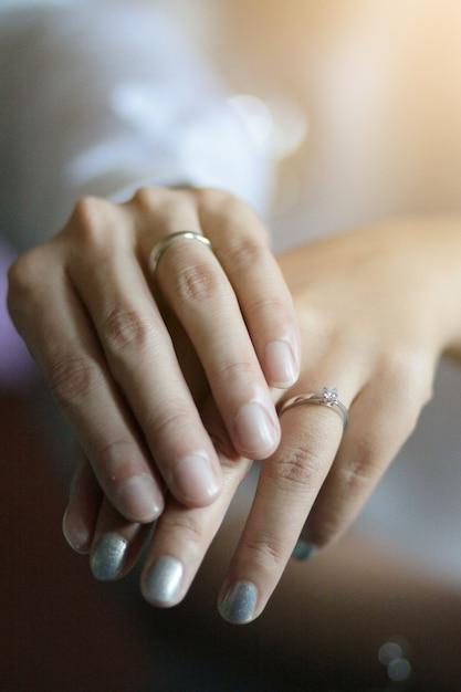 52414176a2b7 Governi le mani della tenuta della sposa della tenuta con la fede ...